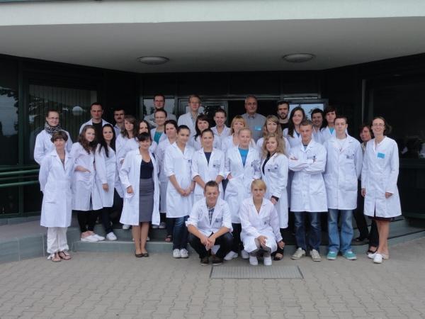 Uczestnicy szkolenia w strojach laboratoryjnych